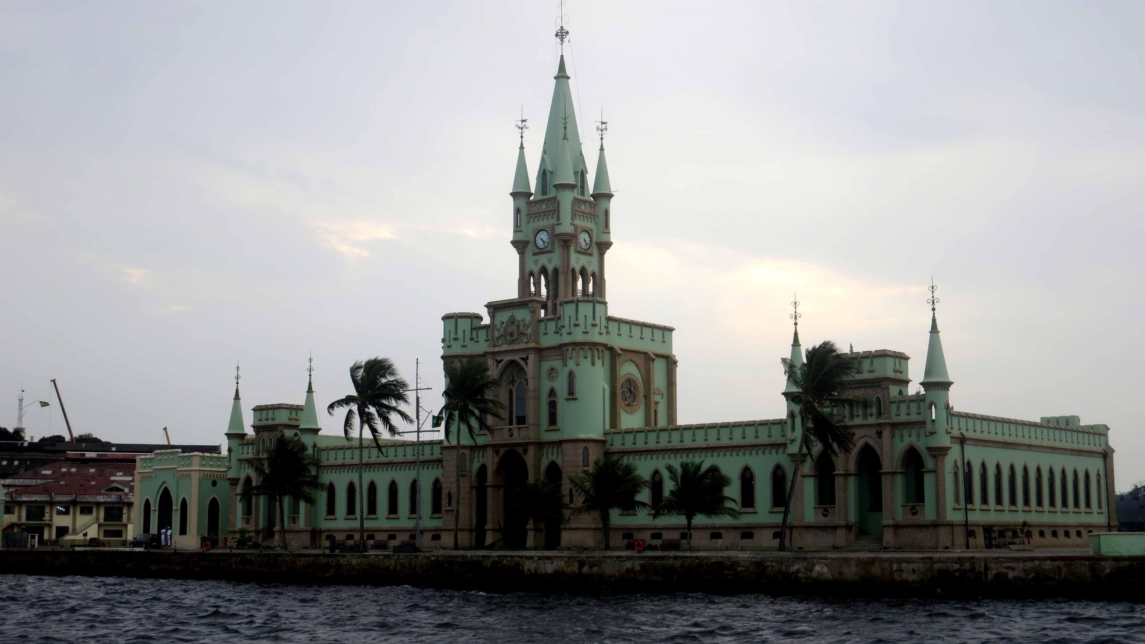 Ilha Fiscal, vista da embarcação do Passeio Marítimo na Baía de Guanabara