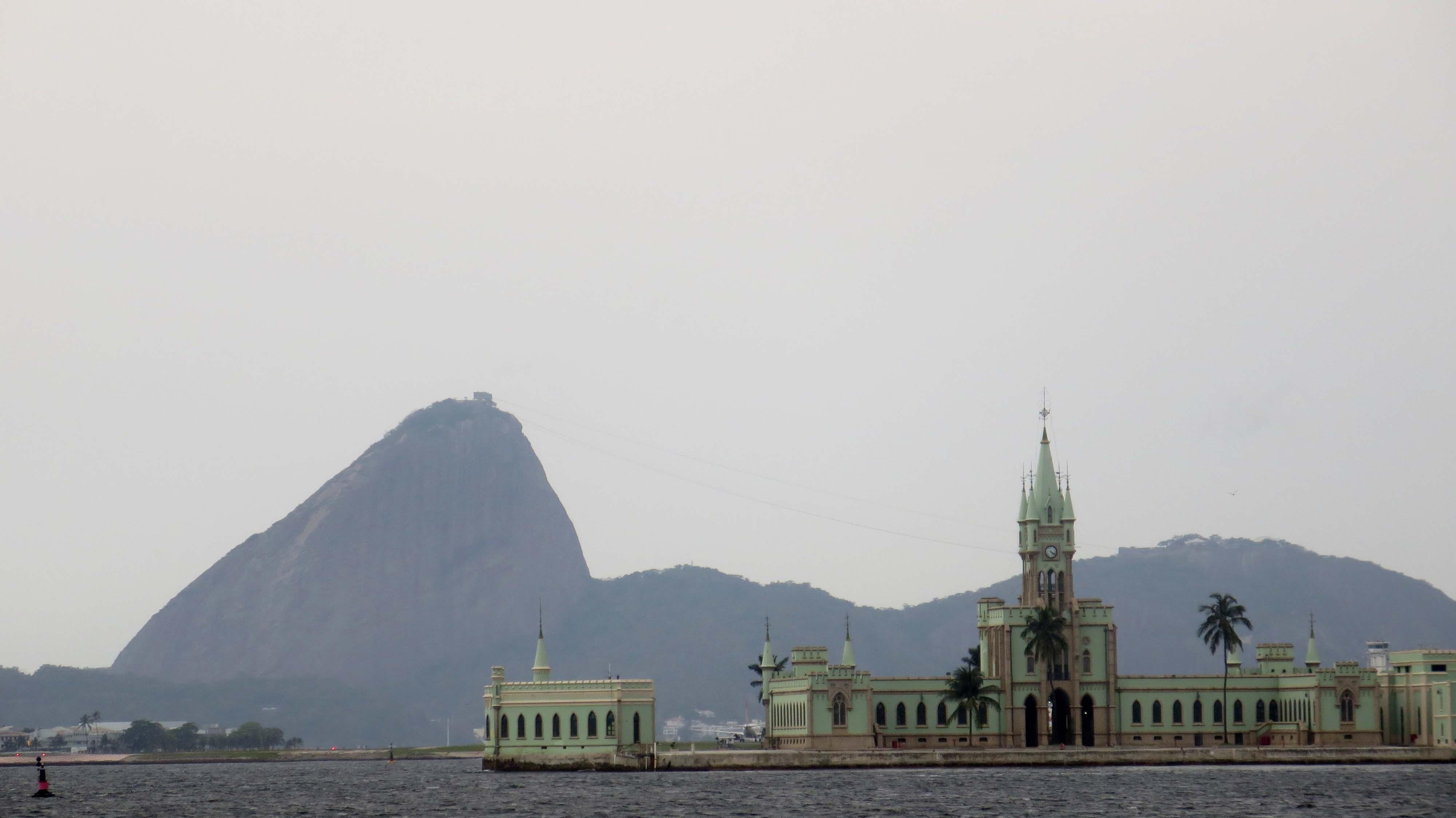 Ilha Fiscal e Pão de Açúcar, vista da embarcação do Passeio Marítimo na Baía de Guanabara